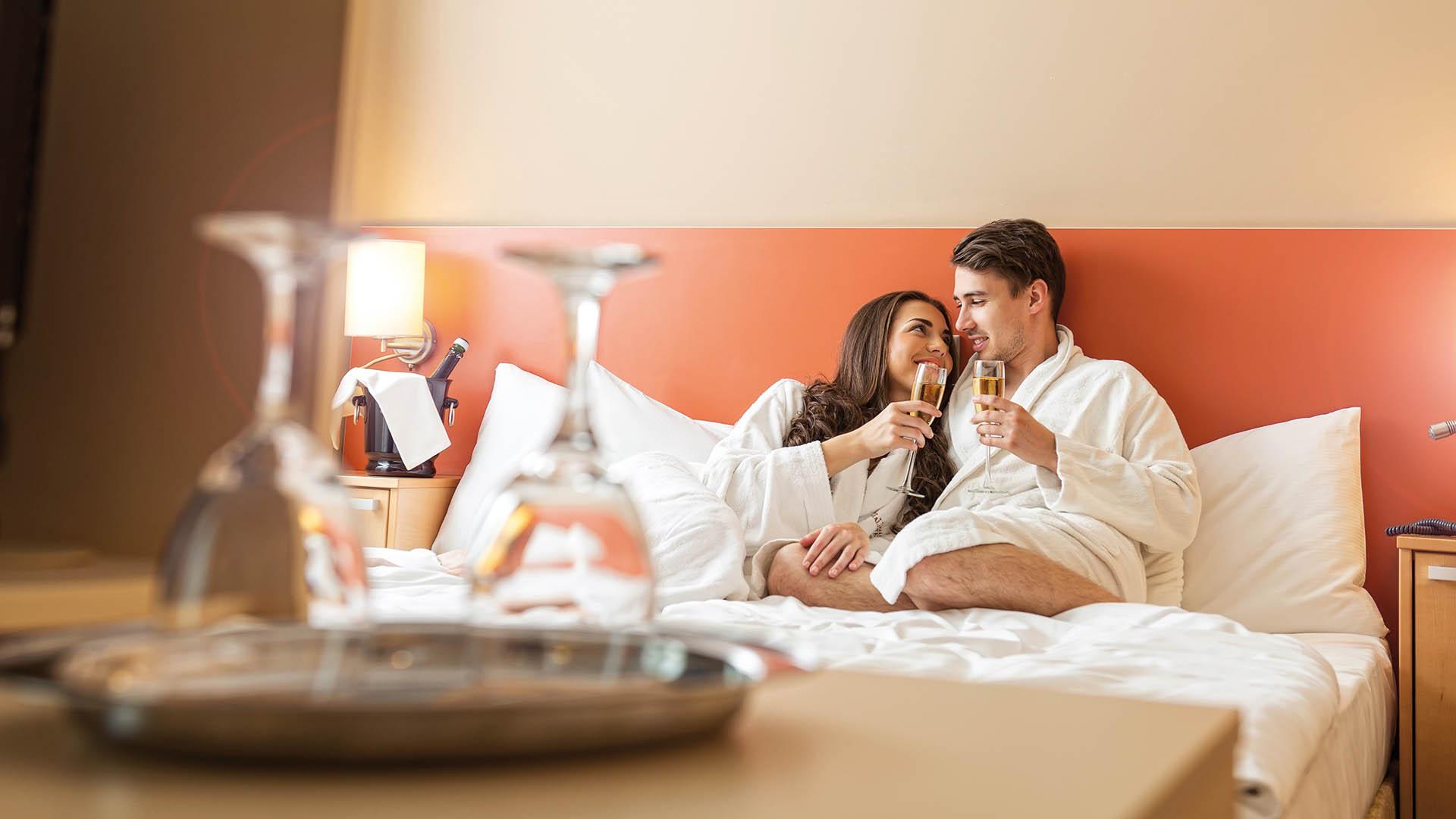 Горячая ночь в отеле парень и девушкой видео